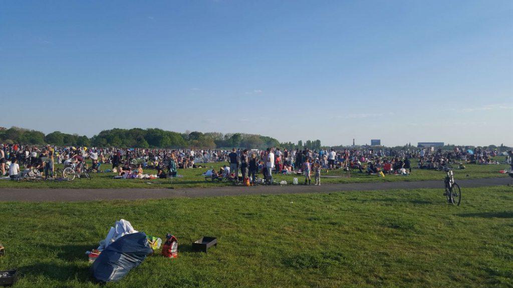 Viele Menschen kommen zum Grillen auf das Tempelhofer Feld