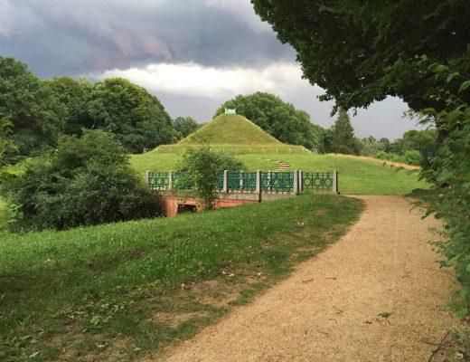 Pyramide in einem Park in Cottbus