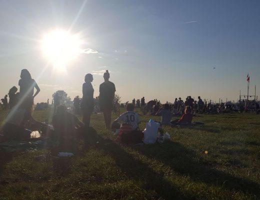 Auf dem Tempelhofer Feld die Sonne genießen