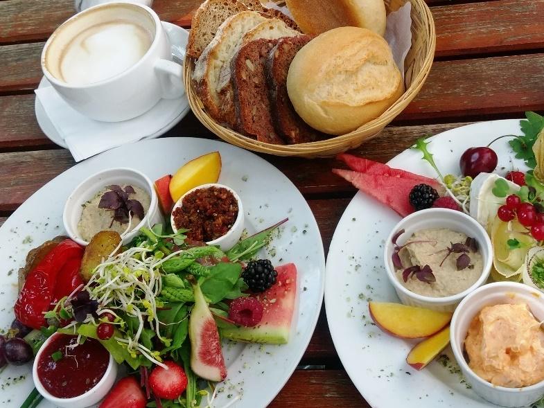 Zwei Teller mit Frühstück