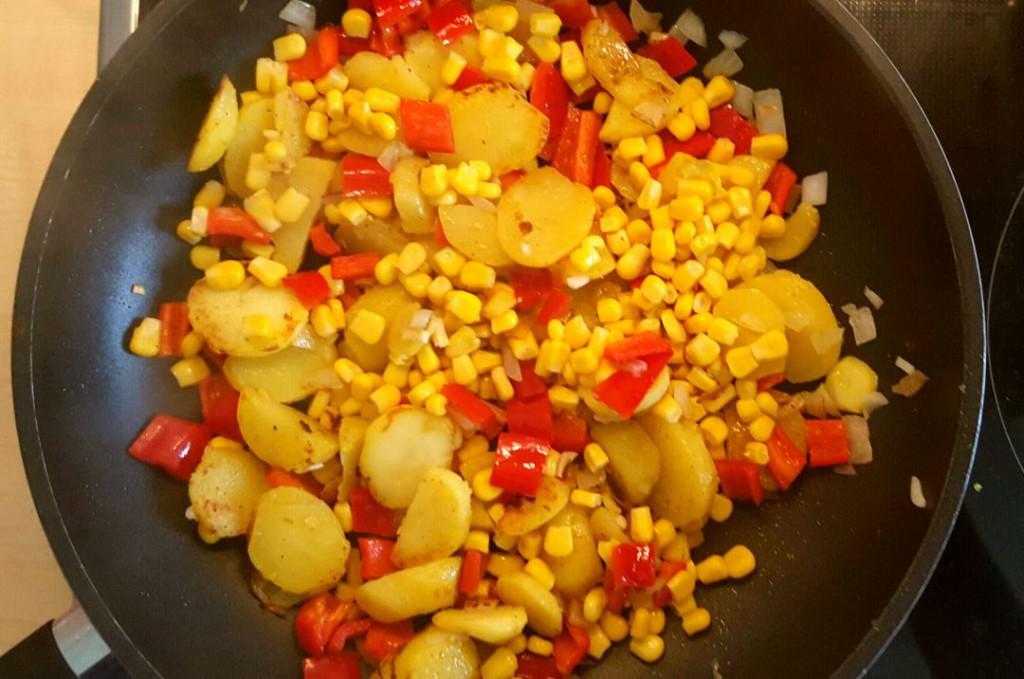 Alle Zutaten für die Tortilla in der Pfanne anbraten