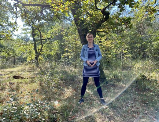 schwangere Frau vor Baum