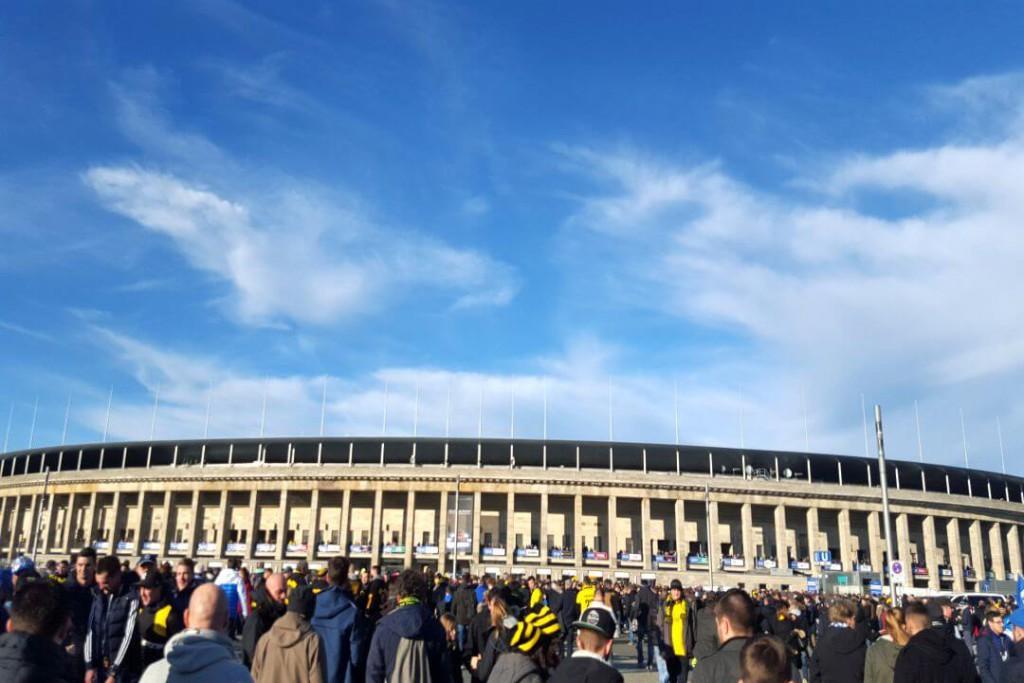 Vor dem Olympiastadion